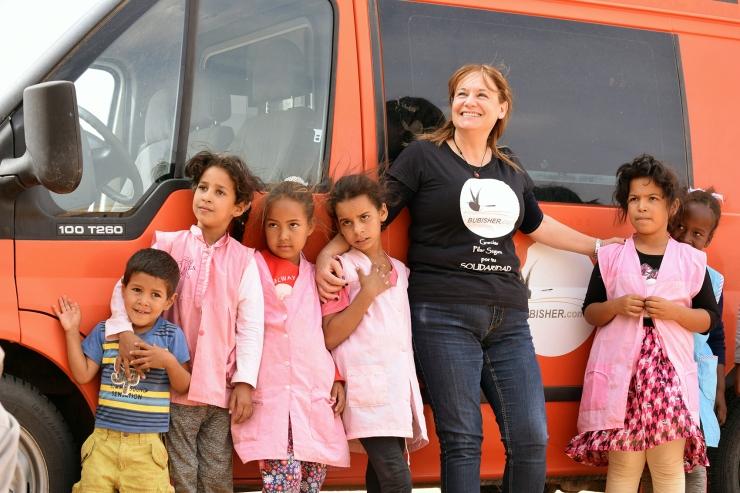 4-Cooperante-de-Bubisher-junto-a-niñas-saharauis-en-Dajla