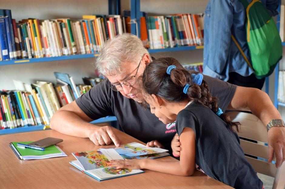 5-Niñas-saharauis-leen-un-libro-con-un-voluntariado-del-Bubisher