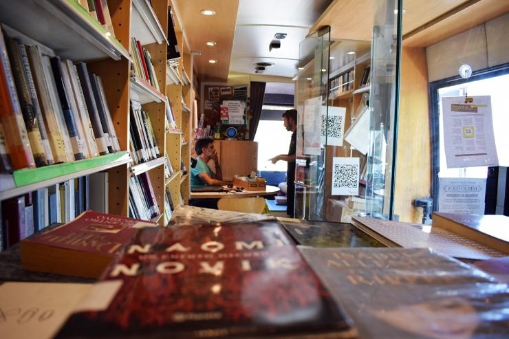 Interior del bibliobús durante una de las paradas