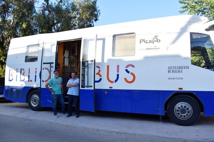 Marcos Reina y Antonio Moreno junto al bibliobús en la parada de La Mosca